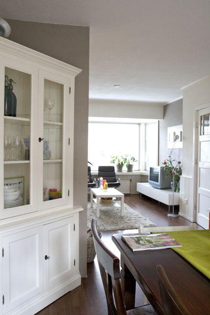 witte buffetkast in jaren 30 huis   white corner cabinet in 30's house   Stylist en Interieurontwerper www.stijlidee.nl