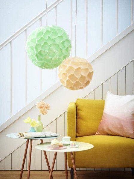Wir sind verliebt in diese süße Lampe aus Cupcake-Förmchen. Mit nur wenigen Handgriffen können Sie die Lampe ganz einfach selber machen.