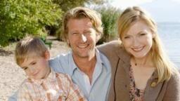 We are family: Daniel (Michael von Au), Nina (Johanna Christine Gehlen) und Daniels Sohn Miki (Finn Onken)., Quelle: ARD Degeto/Stephen Power