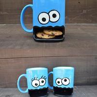 ¿Eres fanático de Plaza Sésamo? Entonces, esta taza es para ti. Diseñada por Samantha Ulrich, cuenta con un depósito de galletas. ¡Un regalo perfecto para golosos!