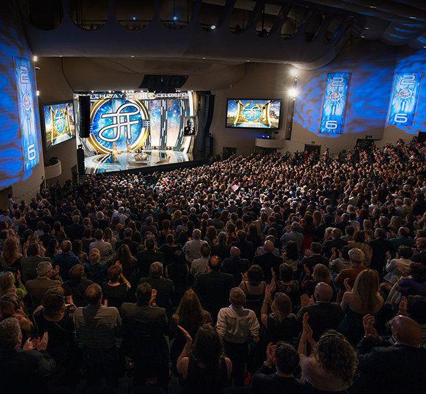 UNE ANNÉE D'ACCOMPLISSEMENTS SPECTACULAIRES  13.03 UN GALA D'ANNIVERSAIRE MAGIQUE ILLUMINE LE LEGS DU FONDATEUR L. RON HUBBARD Des milliers de personnes se réunissent pour célébrer l'anniversaire de L. Ron Hubbard en 2016 à Clearwater en Floride. C'était l'occasion d'un week-end éblouissant de célébrations en l'honneur de L. Ron Hubbard et de son héritage.