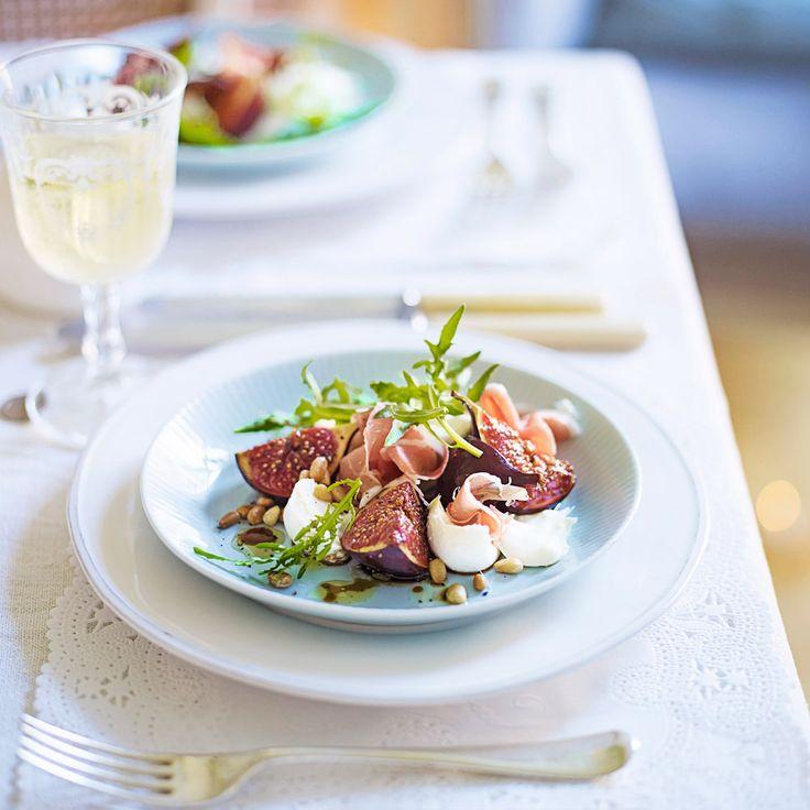 Fantastiskt god och enkel förrätt! Glaserade fikon med serranoskinka och mozzarella toppade med pinjenötter. Funkar även med överbliven julskinka.