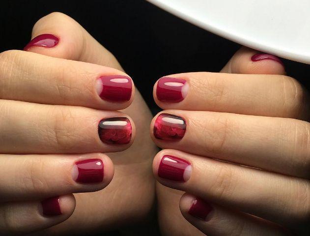 Manichiura semiluna (sau french inversat)  O idee foarte eleganta pentru unghiile scurte este manichiura semiluna; acest model a aparut pentru prima data in anul 1930 si inca este destul de populara in acest sezon.(reverse french manicure)
