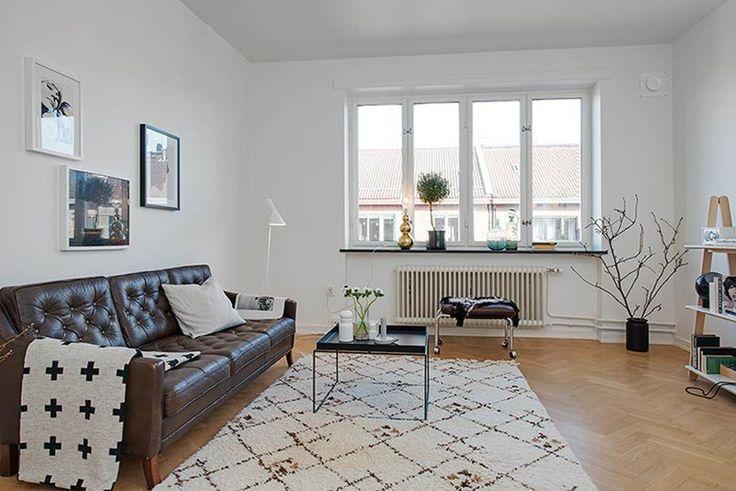 eh!DÉCOR | Sala de estar com sofá de couro. Visite e veja + no blog!