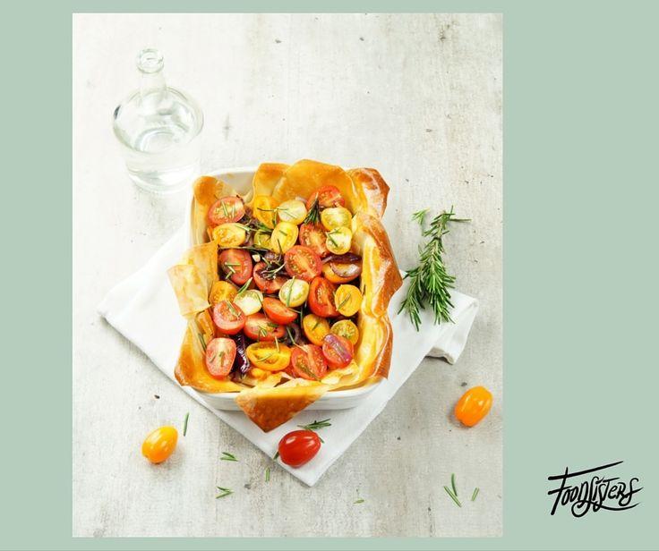 Dit heb je nodig: 1 (kleine) zoete aardappel, geschild en in blokjes gesneden 2 vellen filodeeg, ontdooid 1 teentje knoflook, geperst 1 rode ui, gehalveerd en in halve ringen 3 takjes rozemarijn, blaadjes van takjes gerist 1 eetlepel balsamico azijn ½ bakje (cherry) tomatenmix, gehalveerd Peper en zout Zo maak je het: 1: Verwarm de …