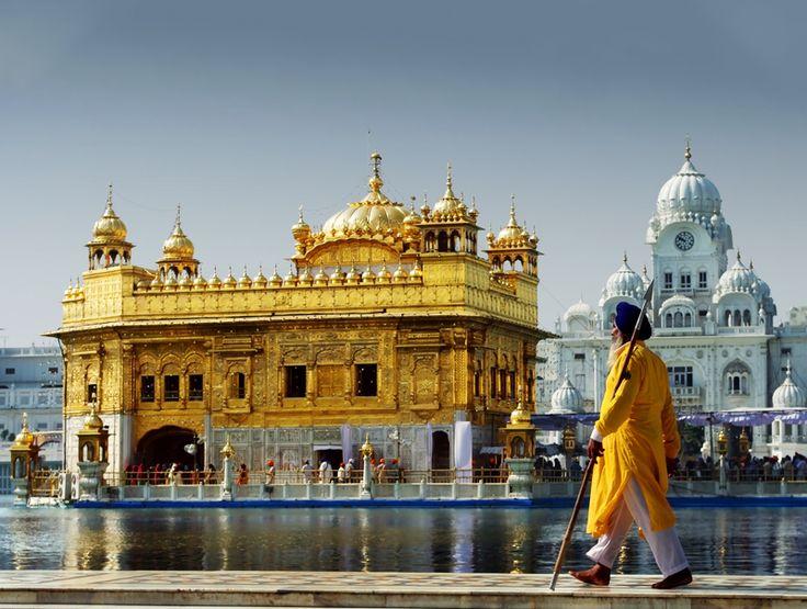 Preghiere e processioni nel giorno di luna piena del mese di Kartik presso il Tempio d'oro di Amritsar durante i festeggiamenti per il Guru Nanak Jayanti, che commemora la nascita del fondatore della religione dei Sikh in #India.