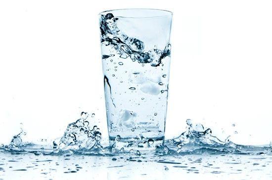 Acqua . Assumere calcio è davvero semplice come bere un bicchiere d'acqua! L'acqua calcica, per essere definita come tale, deve contenere una quantità di calcio superiore a 150mg/L. A volte è l'acqua che esce dal rubinetto ad essere particolarmente ricca di calcio, per saperlo basta chiedere al servizio acquedotto del proprio paese.