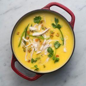 Deliciosa sopa cremosa de maíz con pollo.