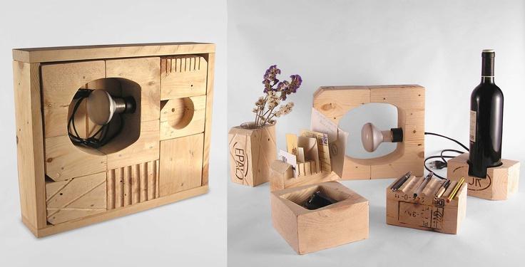 """la SCATOLA MAGICA, una sorta  di """"gioco in scatola"""" ricavato da pezzi di pallet EUR-EPAL dove 9 blocchetti, ognuno con una diversa funzione (una lampada, un portamatite, un sottobottiglia, un vaso di fiori…) si mescolano fra loro creando di volta in volta nuove composizioni"""