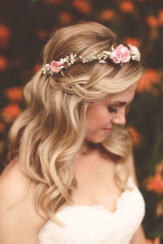 coiffure de mariage, tresse en cascade, couronne de fleurs rose et blanches, robe de mariage blanche, bustier, cheveux blonds legerement bouclés