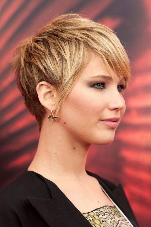 Netter Kurz Layered Haircut für kräftiges Haar: Seitenansicht