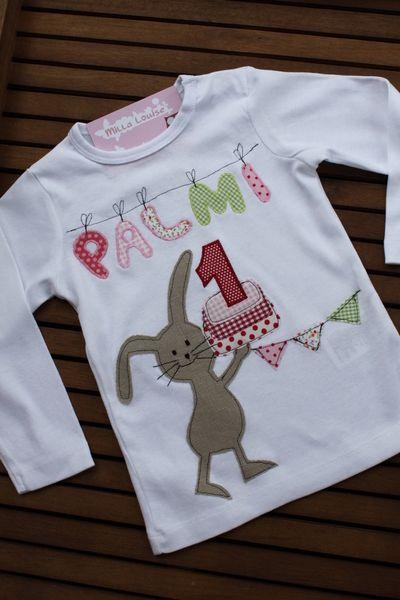 Liebevoll und aufwändig gestaltetes Langarmshirt aus reiner Baumwolle in weiß.  Ein niedlicher Hase mit Geburtstagstorte, Zahl, Wimpelkette und Nam...