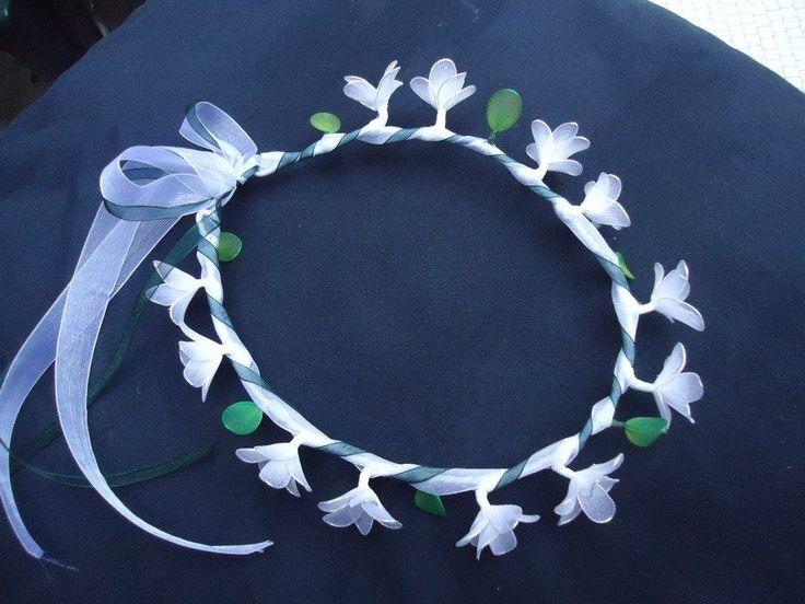 Coroncina fatta a mano con fresia bianca, fiori in filanca setata e tulle per cerimonie e occorrenze speciali