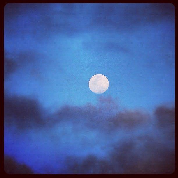 """""""Luna #Tucumana"""" tomada en mi ultimo viaje a #Tucuman ... """"yo no le canto a la luna, porque alumbra y nada mas, le canto porque ella sabe de mi largo caminar ... """" (Atahualpa Yupanqui)"""""""