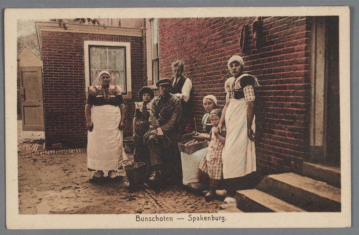 Bunschoten Spakenburg Vrouwen, kinderen en mannen buiten bij het huis aan het werk