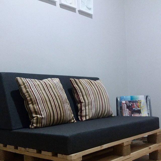 Apaixonada por esse sofá do consultório 'psicopedagógico, fonoaudiológico e psicológico', da minha querida amiga @camila.a.gagliardi! 😍 #cantinholindo #paletes #sofá #sofadepaletes #consultório #psicóloga #psicopedagoga #fonoaudiologia #piscologia