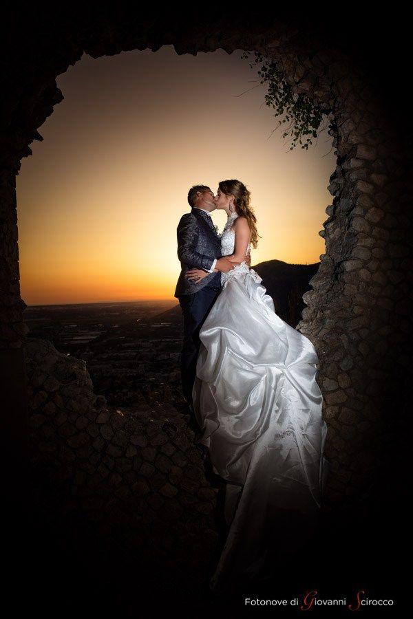 Matrimonio Spiaggia Sabaudia : Foto degli sposi al tramonto su terracina #matrimonio #latina
