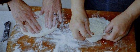 Zubereitung von Chatschapuri - Georgische Teigwaren - Brot und Pasta in Georgien: Tonis Puri - Brot aus dem Steinofen - Chinkali, gefüllte Teigtaschen - Chatschapuri, Fladenbrot mit Füllung aus Käse