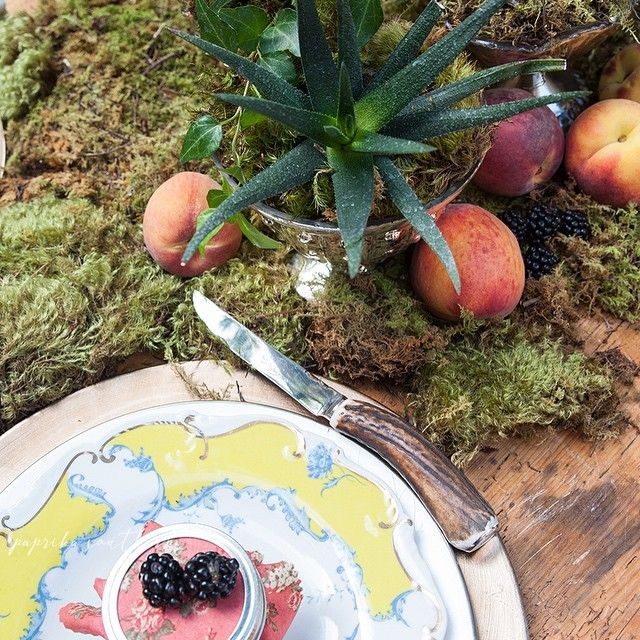 Today's#ontheblog we go behind the scenes of our June lifestyle shoot with @colonialhouseofflowers and @asquadbakeshop. Here we paired champagne chargers with @waterfordcrystal china and @anthropologie plates, accented by rustic steak knives, to create an elegant woodland place-setting. See more at paprikasouthern.com #waterfordchina #anthropologie #woodlandwedding #summerwedding #placesetting #tablescape