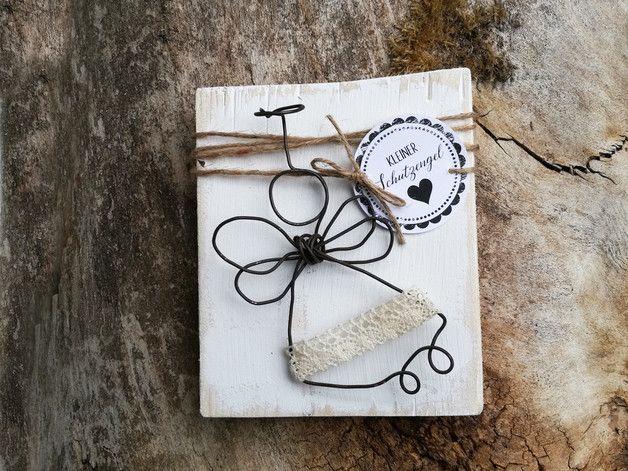 <br>✪-✪-✪-✪-✪ ***Ein kleiner Schutzengel aus Draht auf Altholz im Shabby-Stil. Ein tolles Geschenk für liebe Menschen.*** Altholz, mit Kreidefarbe bemalt. Der kleine Engel ist aus geglühtem...