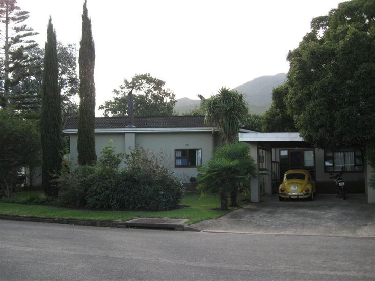 Glen Barrie, 20 Mountain Road - R1 950 000. Call: Donna 083 604 0611.