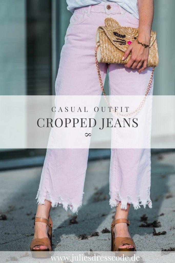 Outfit mit cropped Jeans, weißem Shirt und Strohtasche kombiniert mit Tassel Ohrringen | Ootd fashion fashionblogger | https://juliesdresscode.de