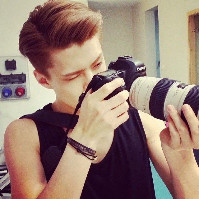 Sehun's Instagram Update: 찍습니다.하나 둘 셋 (Trans: I'll take the picture now. 1--2--3)