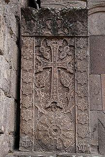 Kacskaringós (khachkar vagy khatchkar) díszítés Az örmények díszített kőkeresztjeinek elnevezése khachkar vagy khatchkar. Ezek a keresztek forgókkal, díszes végtelen csomókkal, illetve ornamentikus, kacskaringós ábrázolásokkal vannak ellátva. A kelta keresztekhez nagyos sok hasonlít.  Magyar nyelvi, ősgyökrendszeri összefüggés: A szent ábrázolásokban gyakran használt szőlővel kapcsolatos kacs, kacs-kar amivel kapaszkodik, kacskaringó formát ad.