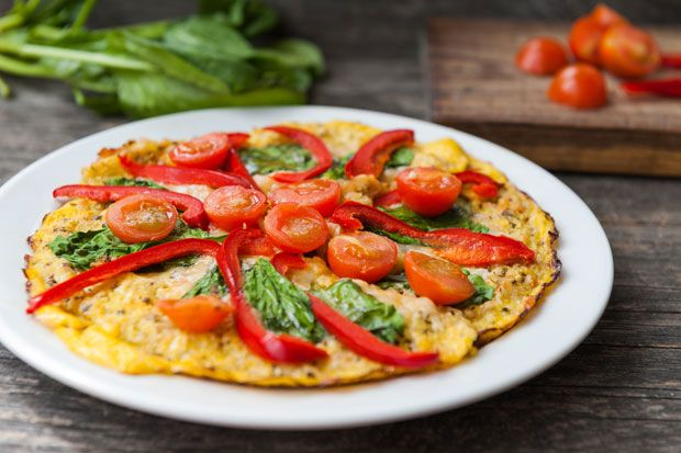 Dank einem Teig aus Blumenkohl und Käse können wir Pizza auch als Low-Carb-Variante genießen.
