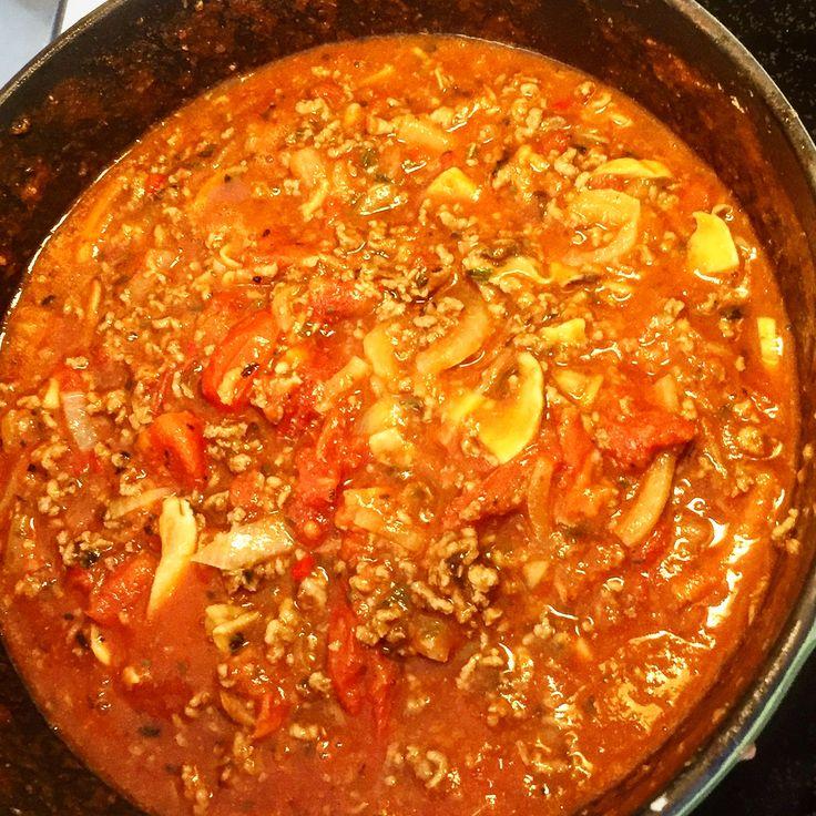 Snabb, enkel & smakrik meny ikväll! Spagetti med bolognese på nötfärs, gullök, färska champinjoner, röd chili, vitlök, köttfond, krossade tomater, tomatpuré, oregano, basilika, paprikapulver, salt & peppar!
