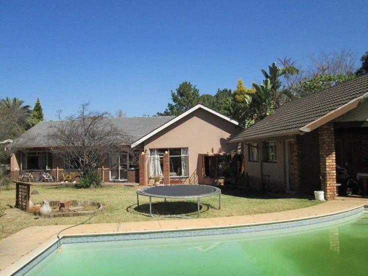 3 Bedroomduplex townhouse - sectional for sale in Lynnwood ManorFIXER UPPER.R1,595,000Lovely garden and sparkling pool. Large bedrooms for a big family.Very well situated in the Old East in a boomed off area. Near CSIR , N1, N4 andgood schools.Near the popular Lynnwood Ridge Mall.ERF Size: 1500sqmBuilding Size: 224sqmQuick Find: 583507Property Features·2Bathrooms·3Bedrooms·2Carports·1Entrance·1Fireplace·2Garages·4Parking ...