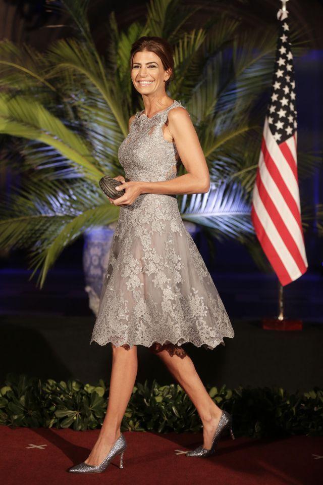 Pero sin duda la primera dama argentina deslumbró con su atuendo, un vestido corte princesa en color gris plata y con vuelo en la falda.