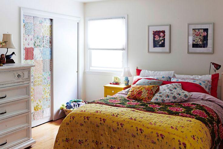 Tuunattu vaatekaapinovi ja värikkäät tekstiilit tuovat makuuhuoneeseen eloa.