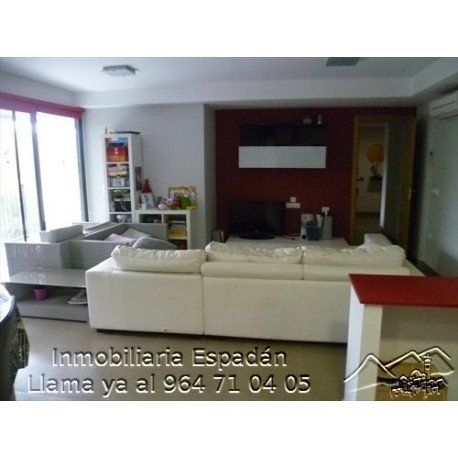 Alquiler vivienda en planta baja en Navajas en la calle Vicente Mortes. Vivienda amueblada compuesta por 3 habitaciones, comedor, cocina, baño y terraza con vistas. Nuevo para entrar a vivir. 300 € al mes