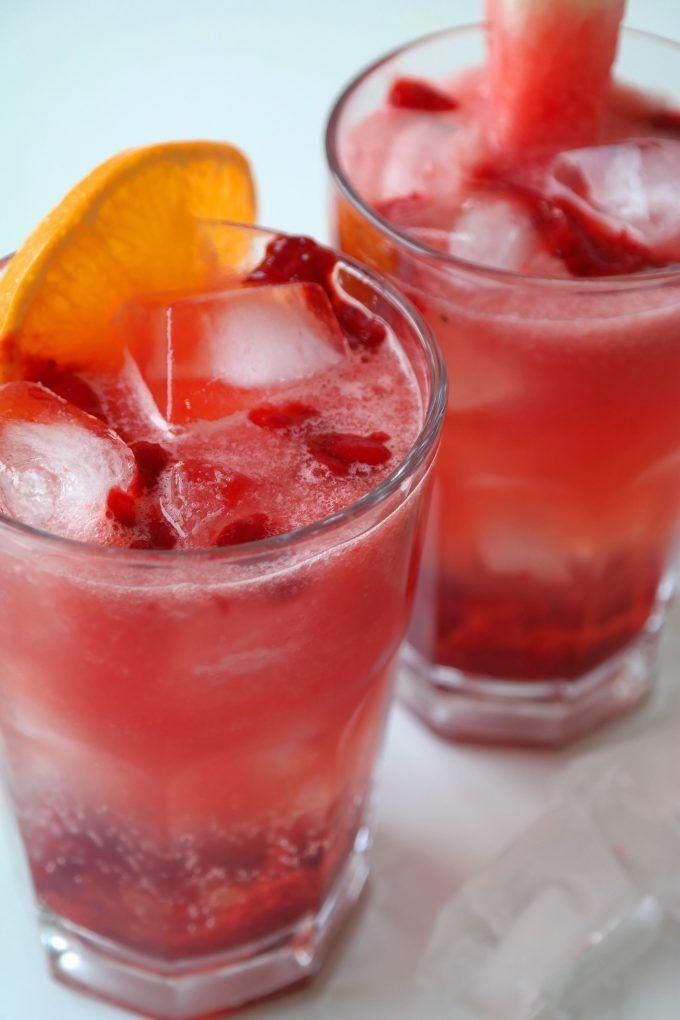 Manchmal braucht man einfach etwas richtig Erfrischendes! Erdbeere und Melonensaft mildern die bittere Note desTonic-Watersleicht ab. Zusammen ergibt dies ein unglaublich erfrischenden, sommerlichen Geschmack. Das Rezept kommt natürlich besonders dann gelegen, wenn man abends zuvor zum Beispiel Blaubeer G&Ts getrunken hat und mal wieder Tonic Water übrig ist. Sonst natürlich auch als Aperitif oder Mocktail für dich und deine Freunde! Drucken Pinc Tonics! (Alkoholfrei) Erfrischendes…