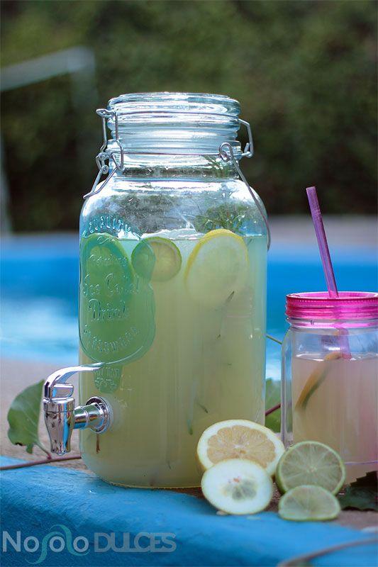 ¿Te gusta la limonada? Prueba algo diferente con esta limonada de romero con té matcha, perfecta para el verano, y servida en jarra dispensadora. La receta es la típica americana, pero con el toque diferenciador que la hace única ¿a qué esperas para probarla? - Rosemary and matcha tea lemonade for summer