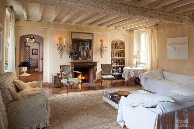 Restaurata conservando tutto il fascino originario, la casa di campagna si racconta attraverso le architetture mantenute inalterate, le strutture in legno e gli arredi d'epoca di diverse provenienze.