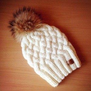 Вязанная шапка плетенным узором