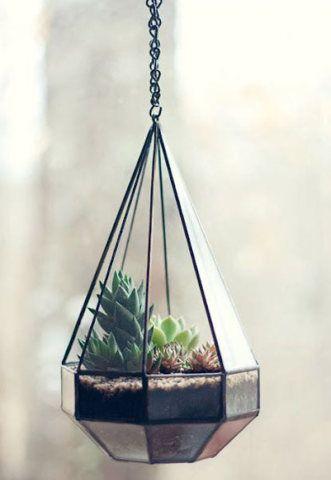 De formato geométrico, este pendente de vidro com acabamento de metal mudou completamente os ares deste terrário.