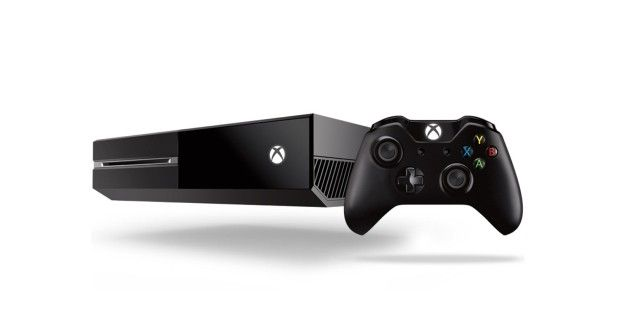 """Dritte Generation der Spielekonsole -Mit der Xbox One kommt im Jahr 2013 die dritte Generation von Microsofts erfolgreicher Spielkonsole in den Handel. Das Gerät konkurriert mit Sonys Hochleistungskonsole Playstation 4. Das Zusatzmodul """"Kinect"""" erlaubt es Spielern, die Konsole mit Körperbewegungen oder Sprachbefehlen zu steuern. Bis Ende 2013 werden weltweit drei Millionen Exemplare der Xbox One verkauft."""