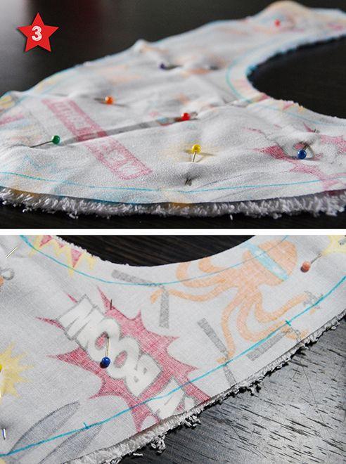 Epingler le tissu éponge et le tissu imprimé endroit contre endroit
