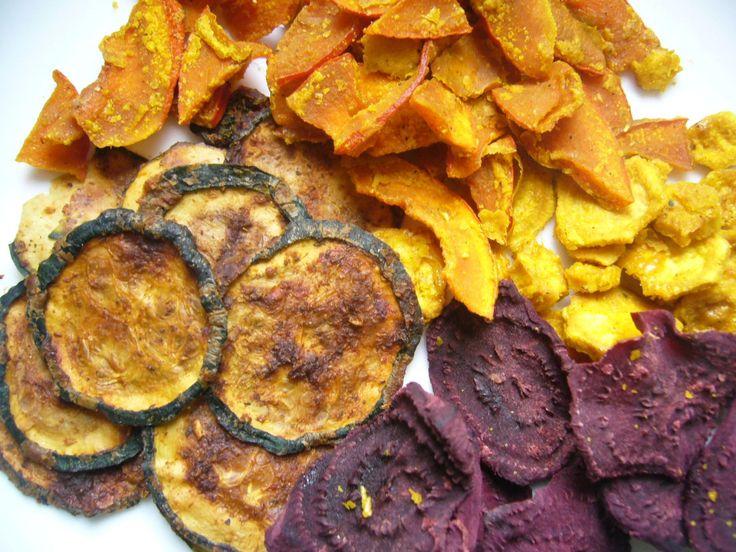 Aus Grünkohl, Wirsing, Kürbis und verschiedenem Wurzelgemüse lassen sich prima gesunde roh- vegane Gemüsechips dörren.