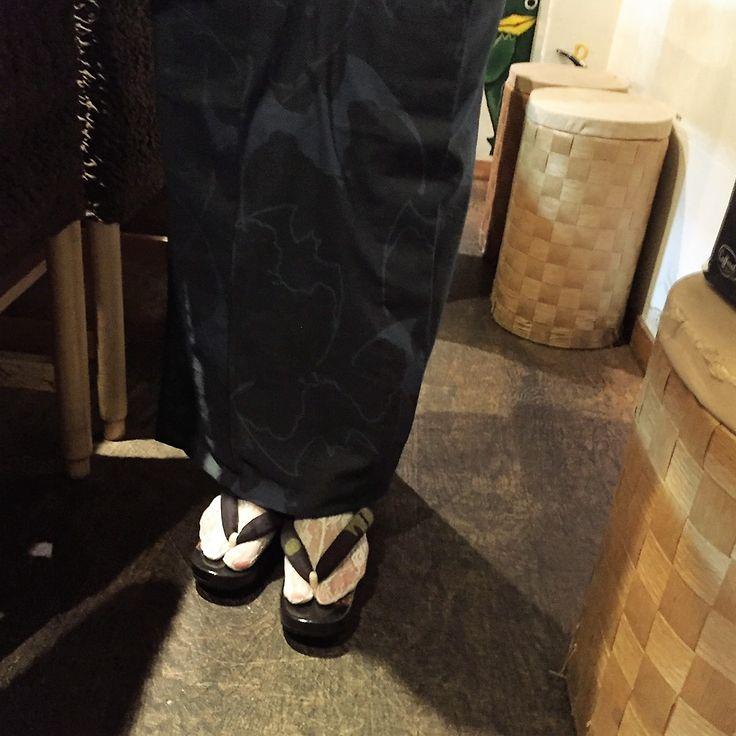 戸田屋商店蝙蝠浴衣に 小倉充子作蝙蝠の花緒に鎌倉右近椿