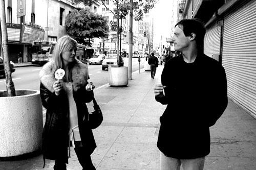 """""""El beso de medianoche, no es un beso cualquiera. En el se concentran las esperanzas y el romanticismo de todo el año. Y ese beso super valorado que requiere tantas llamadas, sms, planificación, prisas y copas para que se haga realidad se da en un momento en el que el tiempo salta a la palestra. En el que se hacen evidentes el peso del año que entra y las oportunidades perdidas del año que se deja atrás"""" (Buscando un beso a media noche)"""
