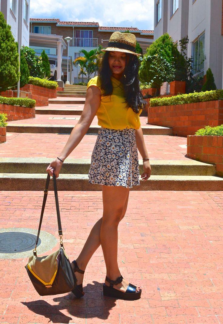 Camisa amarilla + falda corta floreada.