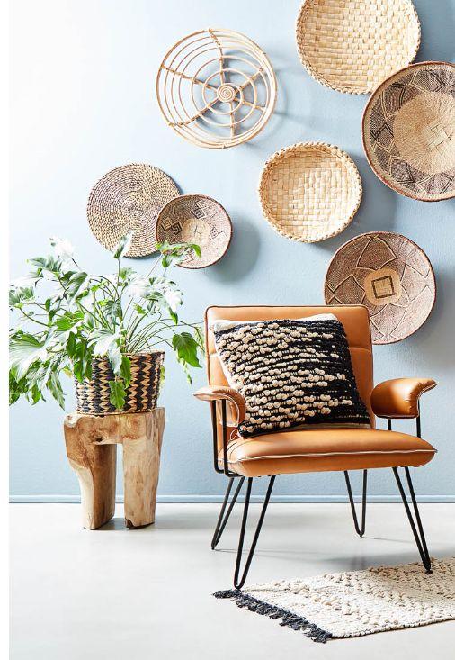 Zet je fauteuil in het zonnetje en decoreer je muur met vrolijke, rieten manden of schalen!