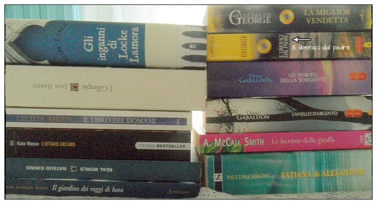 """Sulla sinistra, i libri ricevuti per Natale, a destra (+ """"Gli inganni di Locke Lamora"""") quelli comprati usati"""