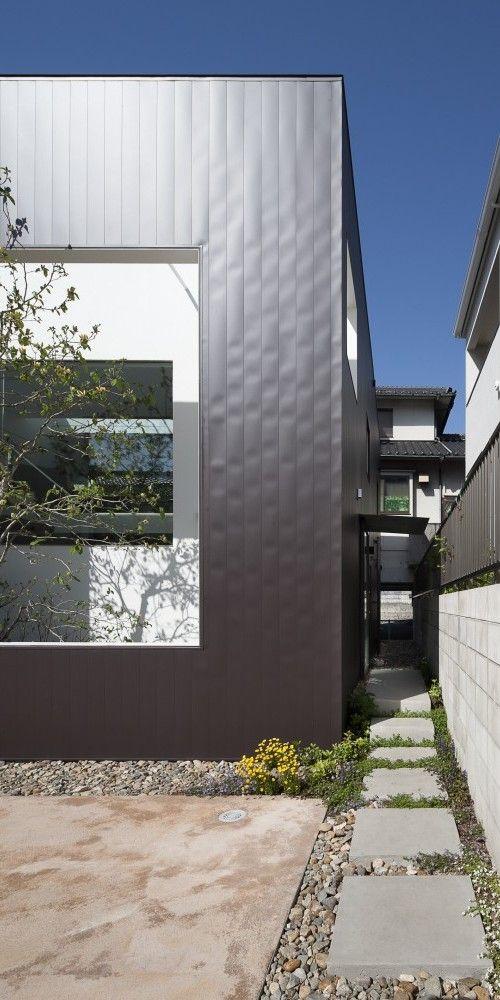 Frame è una casa minimalista trova a Hiroshima, in Giappone, progettata da UID Architects.  La facciata della casa ha una struttura aperta che rivela un piccolo cortile.  La casa a due piani, è composto da un pannello esterno nero con pareti bianche nella cornice.  Una luce cielo stretto permette abbondante luce naturale di entrare in salotto e la cucina.  La struttura della casa è costruita principalmente in legno.  (6)