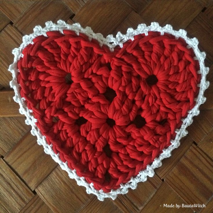 Crochet heart by BautaWitch ~ free pattern ✿Teresa Restegui http://www.pinterest.com/teretegui/✿ Shell Edge: (Made with Catania and using crochet hook 3) crochet in the rearmost stitch around the entire heart. Row 1: 1 sc in the rearmost st and 3 ch (on the white heart, I did instead ch 4). Round 2: 1 sc in ch-loop, * ch 4 and 1 sc in the first of the 4 ch, 1 dc in next ch-loop *, repeat across row.