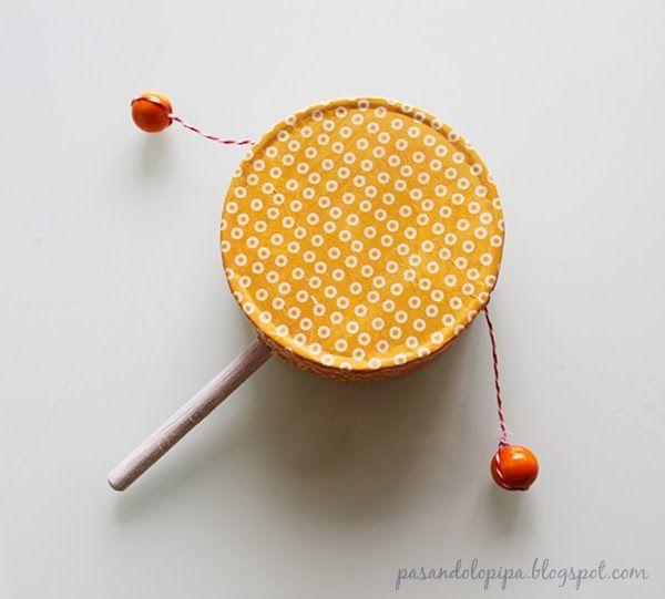 tambour chinois diy avec une boite de vache qui rit, une cuiller en bois, deux perles et une ficelle